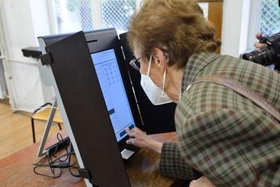 Жена гласува с машина на един от експериментите, проведени от ЦИК.  СНИМКА: ЙОРДАН СИМЕОНОВ