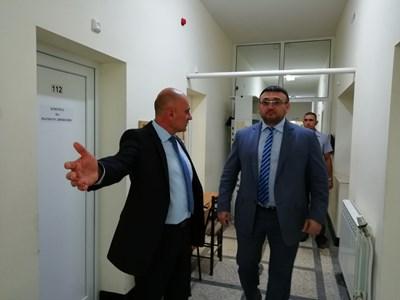 Младен Маринов (вдясно) в Нови пазар СНИМКИ: МВР