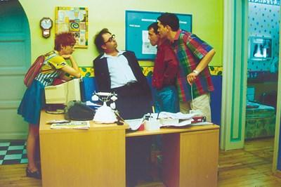 """Христо Мутафчиев, Александър Косев, Николай Урумов и Рени Врангова в кадър от """"Клиника на третия етаж"""", който пак ще върви по обществената телевизия. СНИМКА: АРХИВ"""