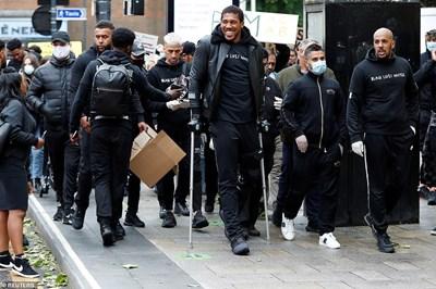 Антъни Джошуа с патериците, начело на протеста в Уотфорд.