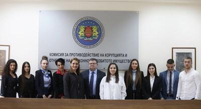 Председателят на комисията Сотир Цацаров и студентите в предпоследния ден от стажа им в КПКОНПИ.   СНИМКА: Николай Литов