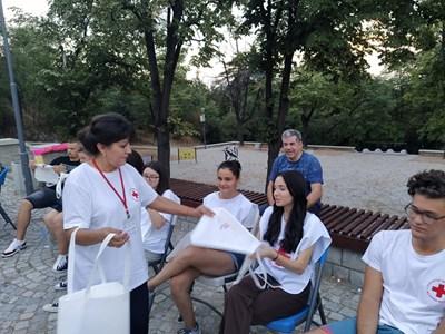 В следващите дни доброволци на БЧК ще продължат да помагат на нуждаещи се. Снимка Архив