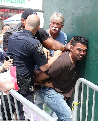 Охранителят натиска главата на Рохас, докато полицай му слага белезници. СНИМКА: РОЙТЕРС
