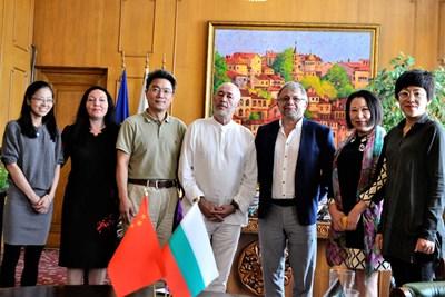 Зам.-кметът Ганчо Карабаджаков и Нейко Генчев /в средата/ приеха делегация от Пекинския езиков университет
