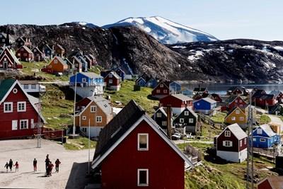 Цветните гренладски къщи се открояват на фона на ледения пейзаж.
