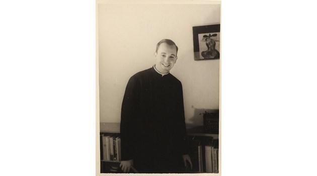 На младини папа Франциск работи като портиер в нощен клуб. Едва оцелява след тежка операция на десния бял дроб