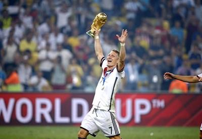 Бастиан Швайнщайгер ликува с трофея за световен шампион през 2014 г. в Бразилия. Снимки: фейсбук на футболиста