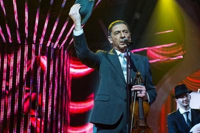 Димитър Маринов в образа на Ленард Коен
