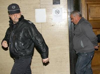Водят обвиняемия Георги Георгиев към съдебната зала. Защитничката му твърди, че имал алиби за времето на убийството.  СНИМКА: РУМЯНА ТОНЕВА