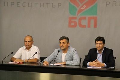 """Свиленски, Добрев и Зарков по време на днешната пресконференция в централата на """"Позитано"""". Снимка БСП"""