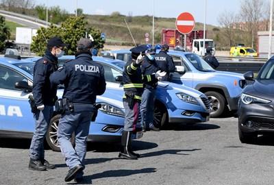 Италиански полицаи спират коли в Рим за проверка къде отиват в карантината. СНИМКА: РОЙТЕРС