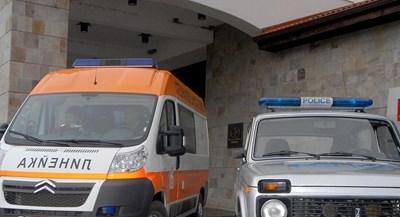 Полицейска кола и линейка пред болницата. Снимка: Архив