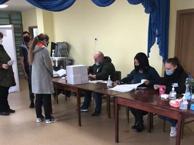 Гласуване в изборна секция в Козлодуй, където избирателната активност е над 11 на сто.