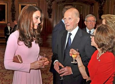 """Симеон, съпругата му Маргарита Гомес-Асебо (вдясно) и херцогинята на Кеймбридж разговарят в замъка """"Уиндзор"""" на диамантения юбилей на кралица Елизабет II през април. СНИМКА: РОЙТЕРС"""