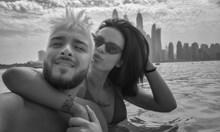 Криско и гаджето му  на плаж в Дубай