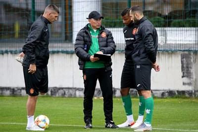 Красимир Балъков дава указания по време на лагера преди октомврийските квалификации с Черна гора и Англия.  СНИМКА: БФС