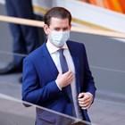 Австрийският канцлер сложи маска по време на заседание на парламента.