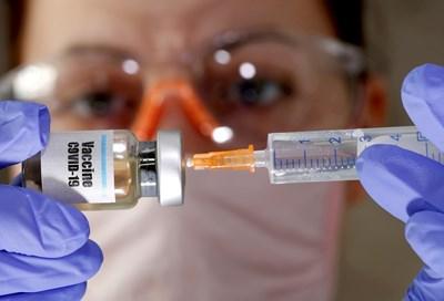 Осигуряват до дни оксфордска ваксина за медици в Англия (обзор)