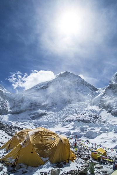 Базовият лагер на Еверест откъм Непал. През 2015 година мястото бе пометено от огромна лавина, паднала в резултат на земетресение с магнитуд 7,8 по Рихтер.  Загинаха 19 души Снимка Ройтерс