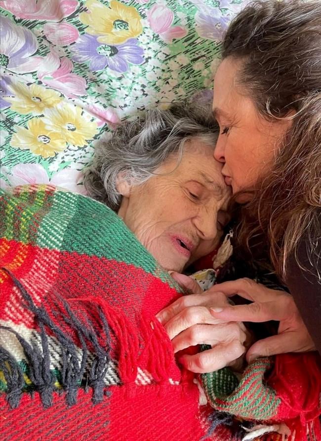Майката на Нина Михаела целува майка си