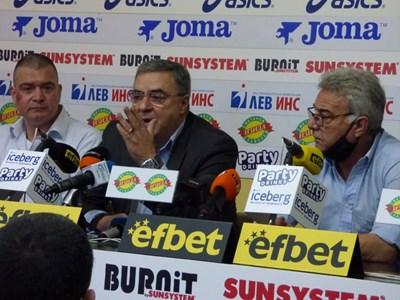 Президентът на плувната централа Георги Аврамчев говори на пресконференцията, а вляво от него е главният мениджър Кристиян Минковски.