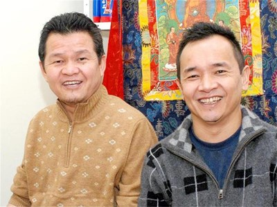 Д-р Джампа Келсанг (вляво) и д-р Сонам Дордже казват, че агнешкото е подходящо за хора, страдащи от безсъние. СНИМКИ: ДЕСИ КУЛЕЛИЕВА
