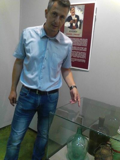Директорът на музея в Горна Оряховица Пламен Мадемов показва интересен двоен съд - за питие и лед. СНИМКА: Тони Маскръчка