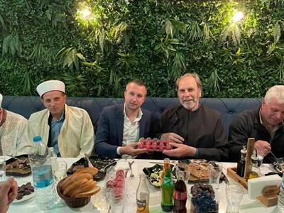 Кметът на Белица Радослав Ревански събра християни и мюсюлмани на ифтар. СНИМКИ: ФЕЙСБУК