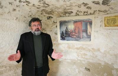 ХОБИ: Археологът Валери Кинов от години се занимава със загадките около Аладжа манастир.