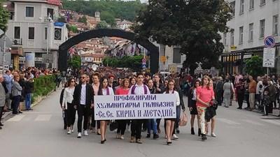 Над 1000 деца, ученици, преподаватели, студенти, курсанти, дейци на културата, граждани и гости на Велико Търново заляха главните улици в празнично шествие за Деня на буквите СНИМКИ: Дима Максимова