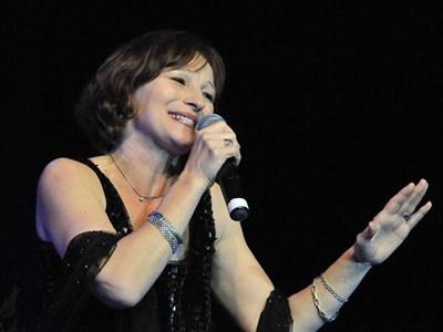 Мариана Росмис пее на юбилейния концерт на Стефан Димитров.  СНИМКА: БУЛФОТО