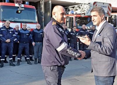 Зам.-кметът на Варна Пейчо Пейчев награждава пожарникарите.