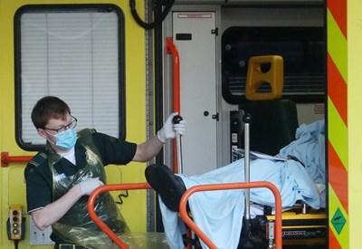 Линейка докарва болен от коронавирус в болница в Лондон. СНИМКА: РОЙТЕРС