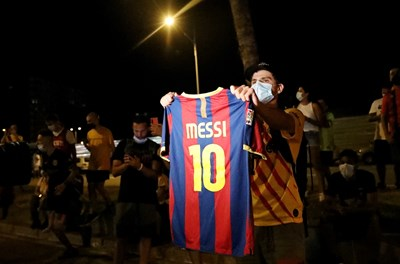 """Фенове на """"Барселона"""" се събраха пред """"Камп Ноу"""" и изразиха отношението си към президента Бартомеу. Снимки: Ройтерс"""