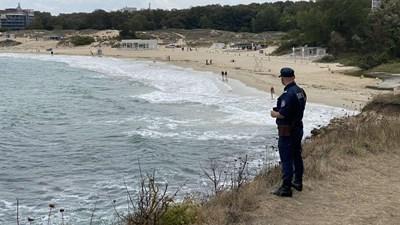 Полицаи оглеждат залива, в който се удави 15-годишното дете.Кадър: Нова тв
