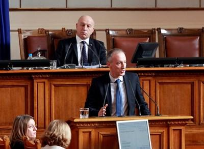 Министърът на образованието Красимир Вълчев се включи в дебатите при второто четене на закона в Народното събрание. СНИМКА: СНИМКА: ВЕЛИСЛАВ НИКОЛОВ