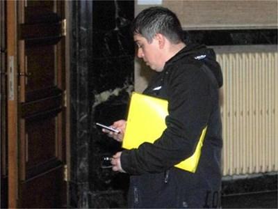 Гавазки разглежда мобилните си телефони пред залата на съда в София, в която след минути ще се гледа делото му. СНИМКИ: ХРИСТО РАХНЕВ