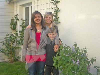 Българчето Виктория (на преден ппан) с френската си майка Натали и руския си брат Алексис. СНИМКА: 24 часа