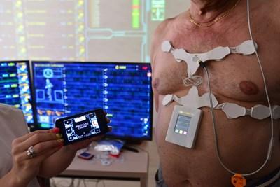 Комуникационният модул, който приема през блутут връзка данните от холтера и изпраща сигнала през GSM мрежата, е с размерите и формата на мобилен телефон и може да се носи в джоба. Само на най-възрастните пациенти се дава специален колан, в който да го поставят, но това е по-скоро за да не го забравят някъде. СНИМКА: Йордан Симeонов