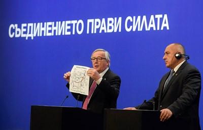 Юнкер подари карта на газовите трасета на Балканите на Бойко Борисов.