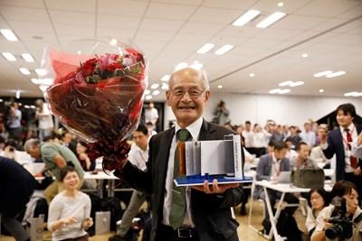 Йошино Акира държи модел на литиево-йонна батерия Снимки: Ройтерс