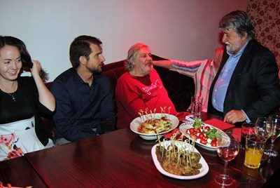 Стефан Данаилов със сина си Владимир и снаха си в компанията на Вежди Рашидов (вдясно). Бившият министър на културата всеки ден следи  здравословното състояние на обичания актьор.