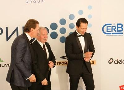 Кирил Домусчиев (вляво) връчи специалната награда на председателя на КРИБ за цялостен принос за развитието на икономиката в България на проф. д.т.н. инж. Цоло Вутов (в средата). Снимка ЙОРДАН СИМЕОНОВ