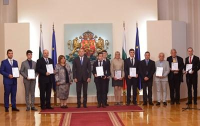 Президентът се снима с всички наградени в гербовата зала. СНИМКА: Йордан Симeонов
