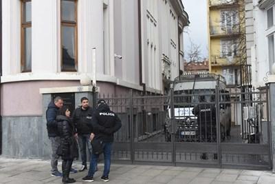 """Засилено е полицейското присъствие в района на ул. """"Московска"""" в пред сградата на сградата на """"Нове Холдинг"""" СНИМКИ: Велислав Николов"""