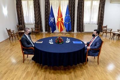 За първи път лидерите на двете най-големи македонски партии Зоран Заев (вдясно) и Християн  Мицкоски седнаха на една маса и се договориха за преброяването. СНИМКА: ФЕЙСБУК НА ЗОРАН ЗАЕВ