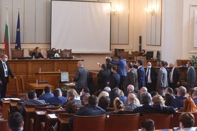 Депутати наобиколиха трибуната. СНИМКА: Велислав Николов