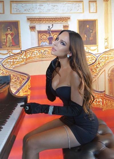 Пианистката Лола Астанова, която е хит в социалните мрежи, идва в София