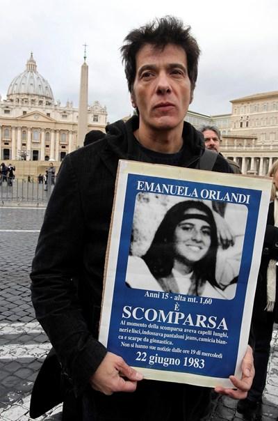 Братът на изчезналото момиче - Пиетро Орланди, носи плакат с лика на Емануела на молитва пред Ватикана. СНИМКИ: РОЙТЕРС