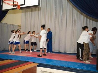 """В алфа-клуб """"Да оцелееш"""" инструктори обучават децата как да се пазят от нападатели. СНИМКИ: ЛИЧЕН АРХИВ И """"24 ЧАСА"""""""